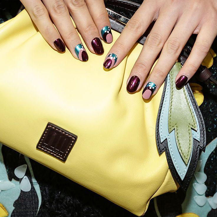 Je nagels afstemmen op de fantasie van je jurk? Dat is supercool en trendy. Vroeger (denk aan de jaren '50) stemde je je nagellak - die natuurlijk effen va... Trendy vrouwen lezen Trendystyle