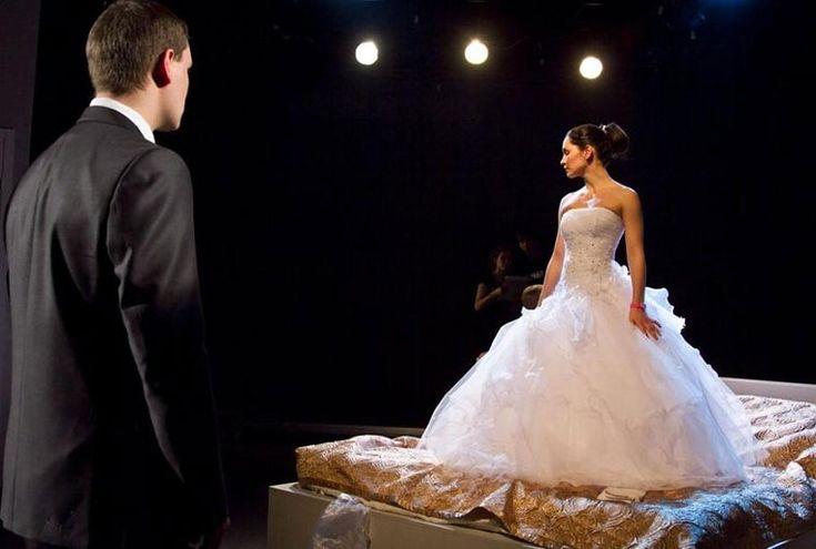 """В последние годы многие пары стремятся сделать свою свадьбу самой уникальной и незабываемой. Сервис под названием """"Свадебный театр"""" — это возможность показать свою собственную историю любви прямо со сцены, работая под руководством опытных режиссеров-постановщиков."""