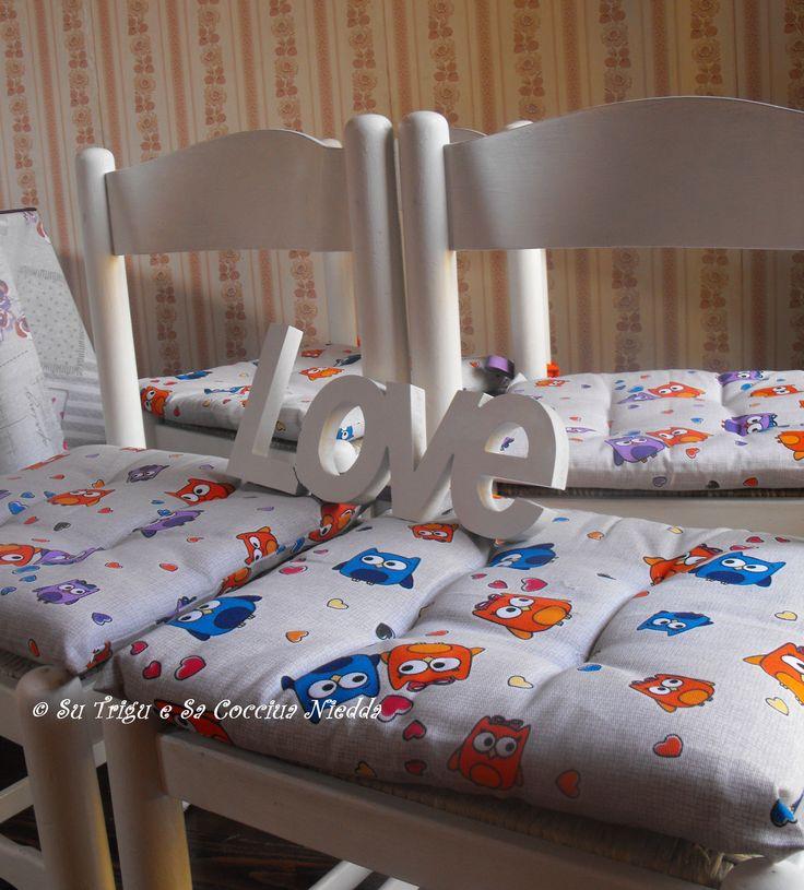 ecco le sedie bianche candide, con i cuscini nuovi e le civettine innamorate che ..tubano come piccioncini seguendo il motto LOVE di Su Trigu e Sa Cocciua Niedda