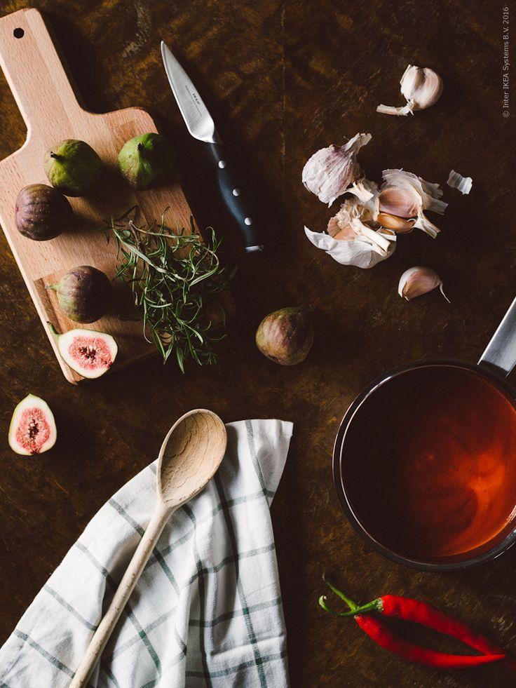 Att göra hemmagjord pizza kan vara något av det godaste som finns. Medan degen jäser så gör din egen tomatsås och förbered toppingen. PROPPMÄTT skärbräda, GYNNSAM skalkniv, IKEA 365+ kastrull med lock. Gästbloggare: Nathalie & Matilda, Babes in Boyland för Livet Hemma. Klicka på bilden för recept!