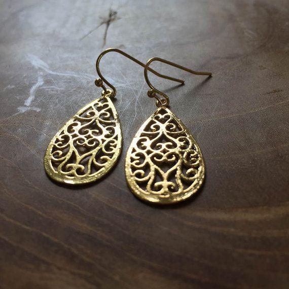 Boho Druppel - goudkleurige oorhangers met een druppelvormige hanger in bohemien stijl met cut-outs. boho, druppel, filligree, goud