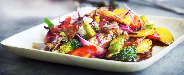 En krydret wokret med tydelig karakter af sort peber og limesmag. Svinekød kan erstattes med f.eks. tofu eller kylling. Serveres med jasminris.