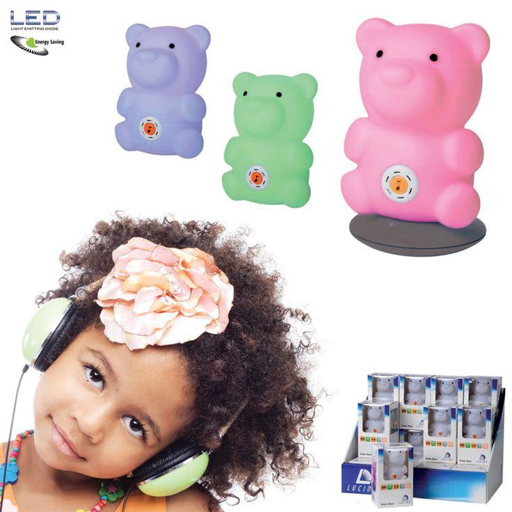 Music Bear LED Bordlampe Dette er en smart, liten, oppladbar RGB LED-lampe som kan fungere både som en bordlampe, en leke og en nattlampe som vil hjelpe barn som er redde for å skru av lyset på natten. Og ikke bare det, den har også fem søte melodier barnet kan høre på. Bamsen vil gi et dempet lys i rommet, nok til at det ikke er så skummelt lengre. Den er produsert av PBA-fri vinyl og ABS, og lyser i rødt, grønt og blått. Ladebase og AC-adapter medfølger.