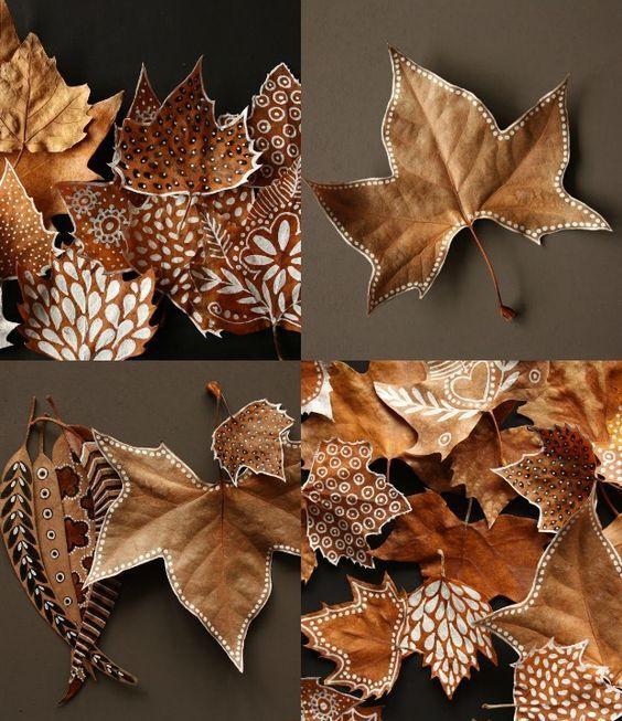 Blätter anmalen - so basteln wir im Herbst.