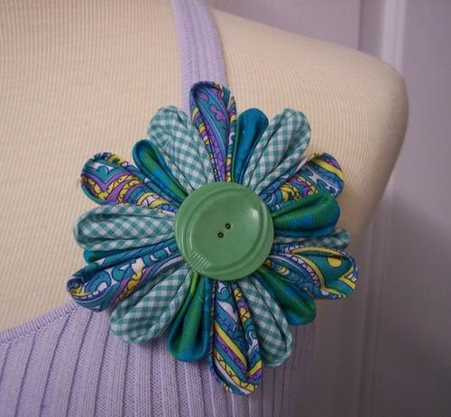Fabric Kanzashi Flower Brooch. I love the combination of fabrics.