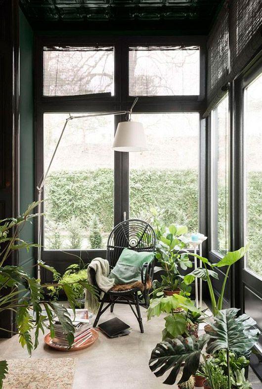 Urban jungle tuinkamer met zwarte rotan stoel en koperen dienblad. // via sfgirlbybay