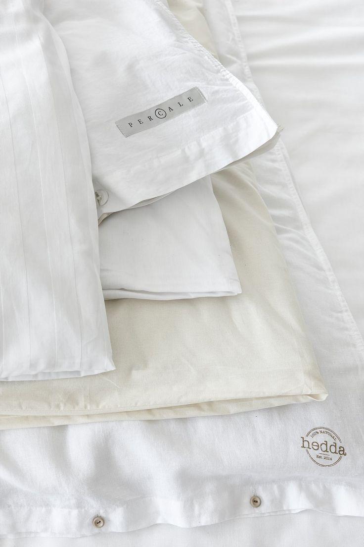 Vitt i vitt... blanda vita toner och kvalitéer. Gör det med eftertankte så det känns genomtänkt. Här ser du våra olika bäddtextilier i vita toner
