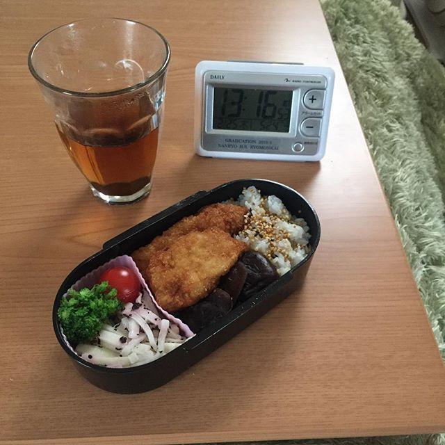 sh1n_cha歯科通院のため、 午後休み。 . 診察券を家に忘れていたので、帰宅して、職場で食べる予定だったお弁当を食べる。 . . おかずは、いわしフライと、椎茸の煮物と、大根サラダのゆかり和え。 蕎麦の実ふりかけもパラリ。 . さあ、午後は、、、歯医者だ。 #おうちごはん#自炊#ひとり暮らし#ひとりごはん