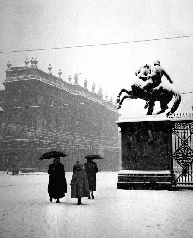 Una grossa nevicata a Torino (Italy), a pochi giorni da Natale, 18 dicembre 1950. La foto è scattata da Piazzetta Reale, oltre il cancello si trova Piazza Castello. (© Silvio Durante/ LAPRESSE)