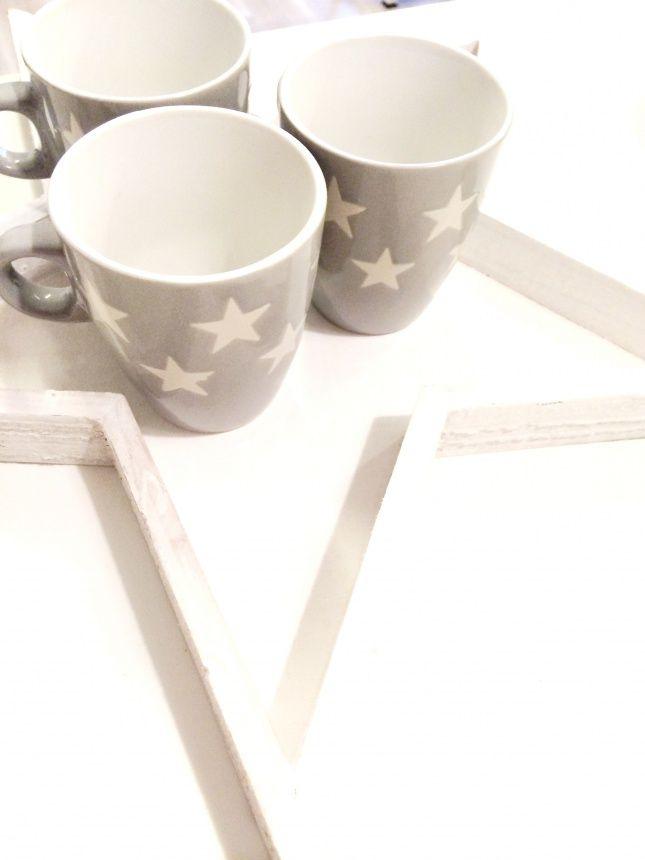 kubek szary w białe gwiazdki  Jasno-szary kubek w białe gwiazdki.