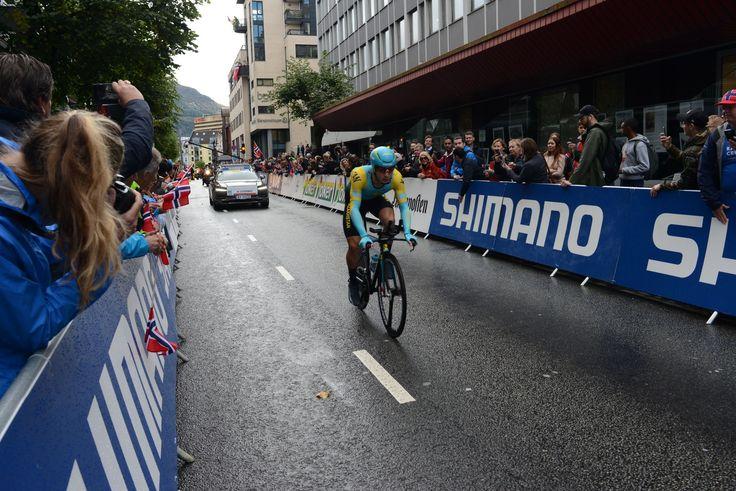 Alexey Lutsenko fra Kasakhstan var første rytter ut på tempoen i Bergen. Foto: Rune Sævig, Bergens Tidende