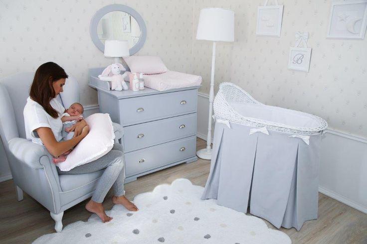 Piękna komoda Caramella.pl w kolorze szarym ze srebrnymi uchwytami sprawdzi się także w sypialni rodziców. Szary kolor dodaje jej niezwykłego uroku i podkreśla tym samym charakter wnętrza. Część przewijakowa jest demontowalna, zatem po okresie niemowlęctwa, można używać mebla jak standardowej komody.