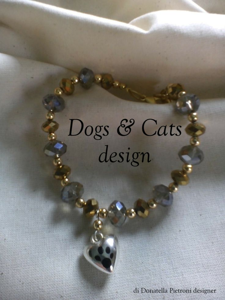 14209 - Bracciale di perle di vetro sfaccettato oro e argento. Ciondolo cuore con impronta. Pezzo unico. Dogs & cats design di Donatella Pietroni designer
