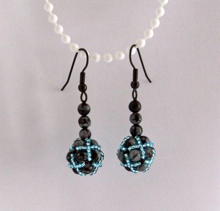 Korálky a obsidián Drobné náušnice ušité z malých kuliček obsidiánu (průměr 0,4 mm) a malých modrých blýskavých korálků (TOHO 15/0).