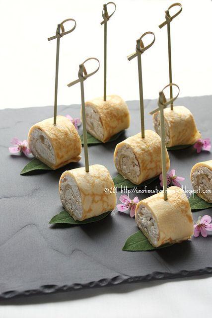 Girelle di crêpes al formaggio, noci e salvia by Una finestra di fronte, via Flickr