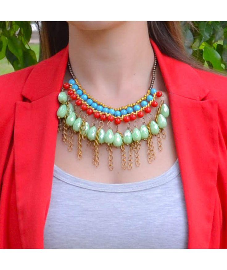 Gotas Verdes Anastasia - Collar corto y aretes, piedras y cristales, chaquiras doradas y cadenas en aluminio. $32.000 COP. Cómpralo aquí-->   https://www.dekosas.com/productos/collar-gotas-verdes-anastasia-detalle