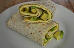 Tortilla cu pesto,omleta si avocado1 tortilla3 oua medii sau 2 mari1 avocado mic1 lingura pesto1 lingurita untSe unge tortilla cu sosul pesto, ouale se bat bine si se pun in tigaia incinsa, in care…