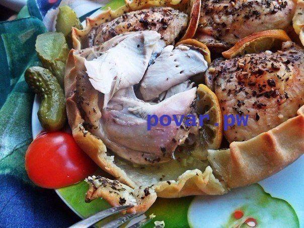 Курица, запечённая в съедобной тарелке.  Ингредиенты:  Куриные бёдрышки — 4 шт. (770 г)  Лимон — 0,25 шт.  Базилик сушеный — 1 ст. л.  Чеснок — 6 зуб.  Соль крупная — 1–1,5 ч. л.  Перец — 0,5 ч. л.  Оливковое масло — 4 ст. л.   на тесто (200 г):   Мука Вода Соль Масло оливковое  Приготовление:  1. Для начала делаем заправку для курочки: чеснок порубить и смешать с базиликом, солью, перцем, влить масло. Если есть ступка, растереть в ней. Мне нравится покупать верхнюю часть куриных окорочков…