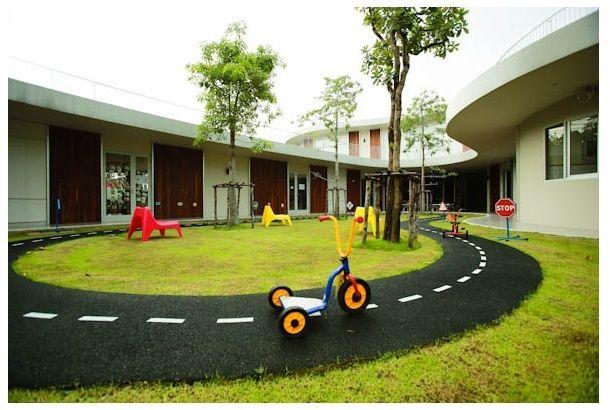 さあ幼稚園で三輪車レースしようよ | roomie(ルーミー)
