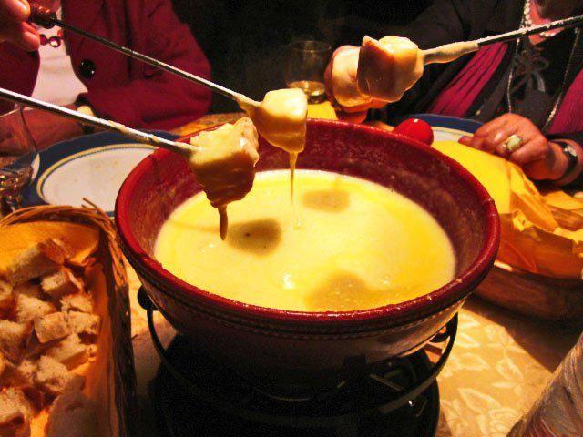 Das perfekte Schweizer Käsefondue-Rezept mit Bild und einfacher Schritt-für-Schritt-Anleitung: - mit einer Zehe Knoblauch den Fondue Topf ausreiben - den…