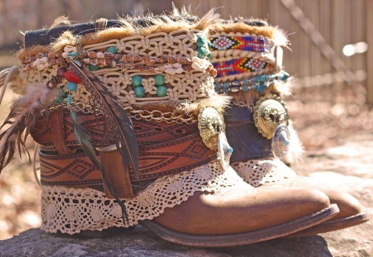 bottes Santiag en cuir décorées de plumes et perles en bois - le bon accessoire bohème chic