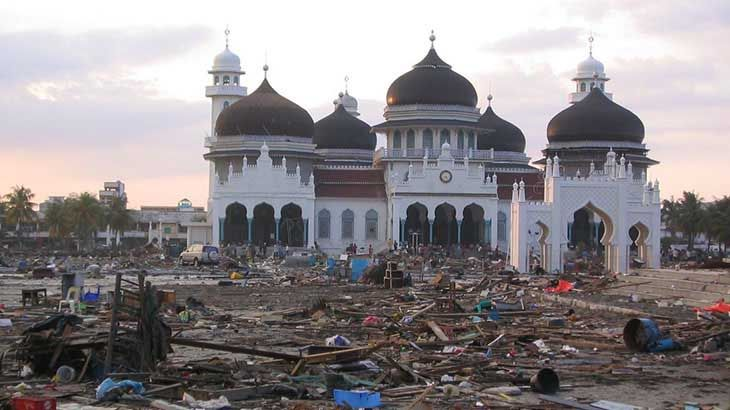 26 Desember 2004 tragedi besar yang memilukan bangsa Indonesia terjadi di Tanah Rencong, Nanggroe Aceh Darussalam. Tsunami besar yang ditimbulkan oleh gempa bumi berkekuatan 9,3 SR berpusat di 3,3 LU – 95,98 BT (sebelah barat laut pulau Sumatera) menimbulkan getaran dan patahan sepanjang 1200 km. Tsunami Aceh ini mengakibatkan lebih seperempat juta jiwa tewas, ribuan …