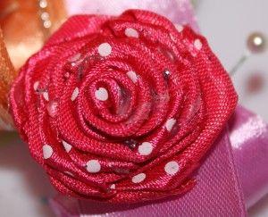 O brosa deosebit de eleganta este confectionata manual dintr-o pasiune deosebita pentru frumos.