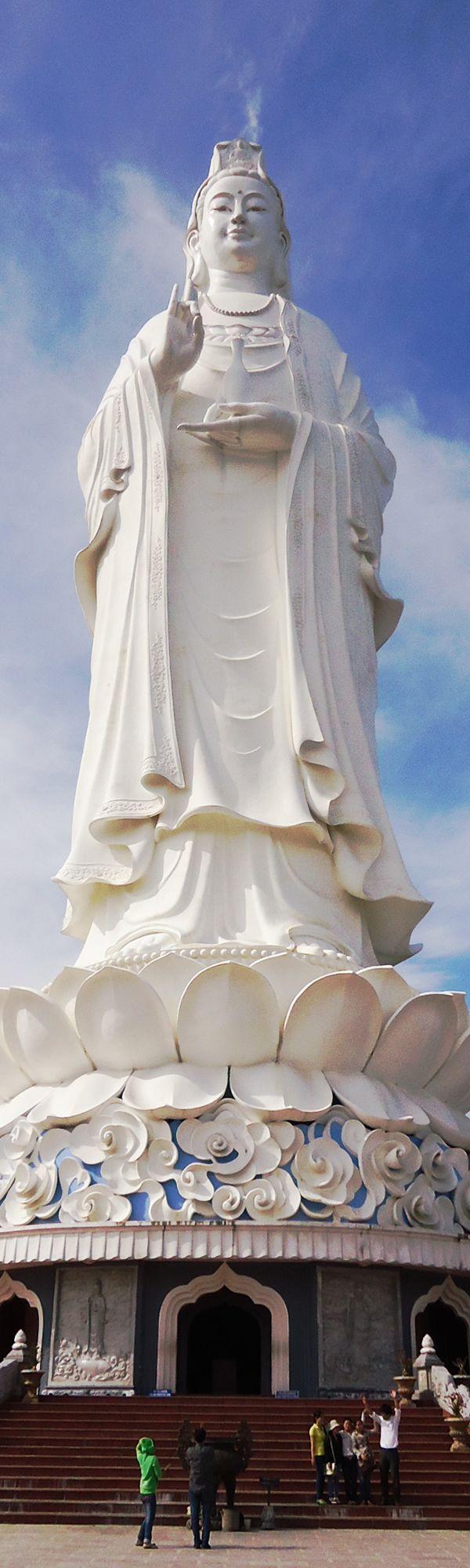 ダナン市リンウンバイブット寺にある、高さ67メートルの観音菩薩像(The Buddha statue situated at Linh Ung Pagoda, Da Nang city, with 67m height!)