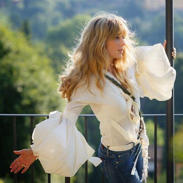 Блоггерина Шанталь любит одевать джинсы и белую блузу по пятницам. Она говорит, что такое сочетание позволяет ей на работе выглядеть не вызывающе и вечером стильно и ярко. И добавляет, что ей очень нравится сочетание джинсов 7 For All Mankind и блузы Yve Saint Laurant. Отличная идея, не правда ли?