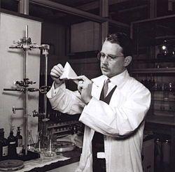 Erik Wallenberg (1915-12-25 - 1999) Anställdes som labchef vid Åkerlund & Rausing, senare Tetra Pak, uppfann han den första Tetra Pak-förpackningen, 1944.
