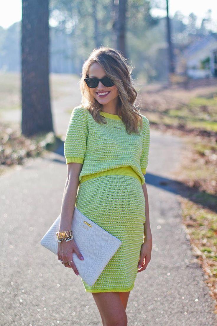 Chica embarazada usando un vestido color verde fosforescente