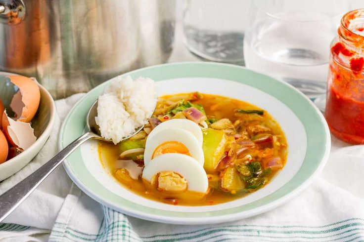 Recept voor pittige Oosterse groentesoep voor 4 personen. Met zonnebloemolie, water, Chinese kool, paksoi, rijst, ei en boemboe voor ajam paniki