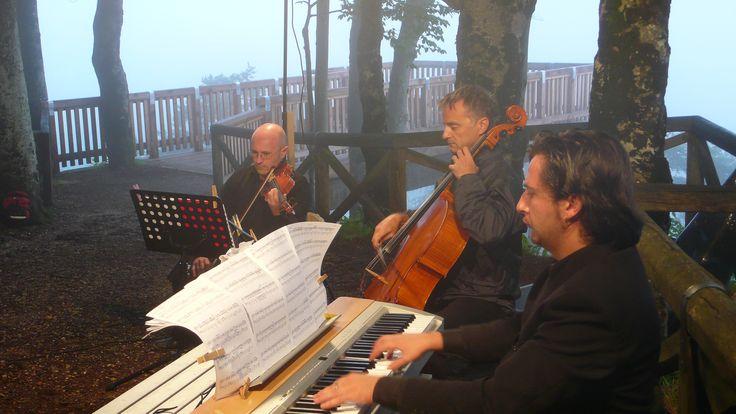 """Concerto all'alba con il Gruppo Caronte - Parco Roccolo di Pieve di Cadore - musiche dalla raccolta """"Scarafaggi e Regine"""" - momenti"""