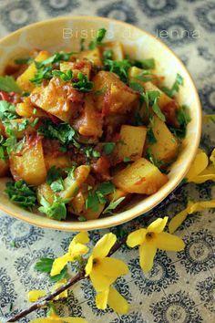Aloo Bombay pommes de terres à l'indienne 600 g de pommes de terre primeur 4 tomates 1 oignon rouge 1 gousse d'ail pelée 1 morceau de gingembre pelé de 2 cm 1 c.à café bombée de garam massala 1 c.à café de curcuma 1 c.à café de graines de carvi 1 c.à café de cumin 1-2 c.à café de poudre de chili 1 c.à café de purée de piment rouge poivre du moulin 2 c. à soupe d'huile d'olive 1 c.à soupe de ghee (beurre clarifié) sel coriandre fraîche