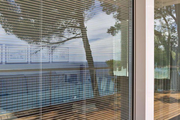 ScreenLine® permette l'inserimento di una tenda, veneziana, plissè o a rullo, all'interno di due o tre lastre di vetro in una struttura vetrocamera.