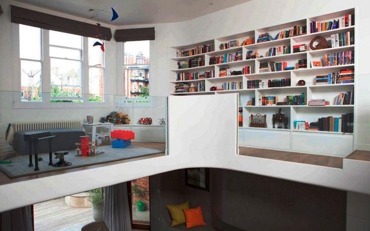 Интерьер игровой комнаты с книжным шкафом в английском стиле.