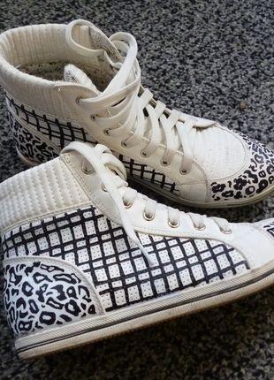 Schicke Hightop Sneaker jetzt auf #Kleiderkreisel http://www.kleiderkreisel.de/damenschuhe/halbschuhe/123720714-selbstgestaltete-bequeme-sneaker-in-schwarz-weiss