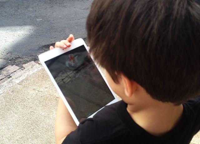 Meu filho #aos6 jogando Pokémon Go. Confira no blog mais sobre a série e os jogos :-)