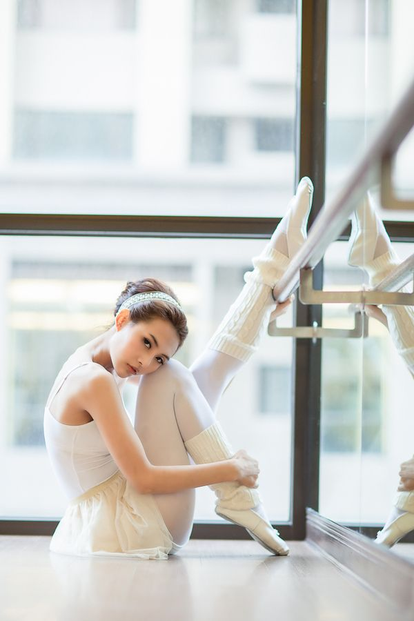 Love this stretch pose for a dancer! The relaxed feel is great for a senior.