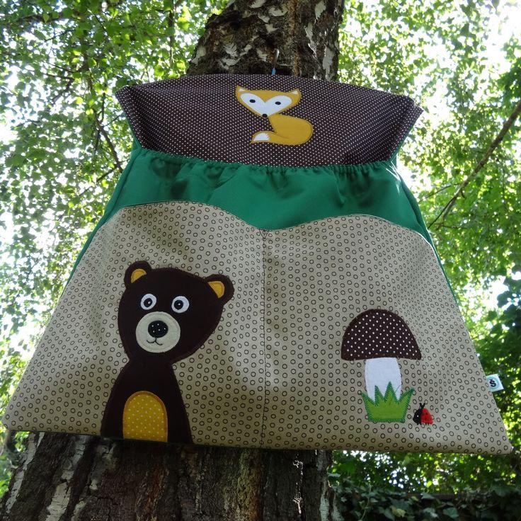 Kapsář z lesa Kapsář je ušitýz pevnébavlněné látky s příměsí polyesteru zelené barvy a ostatní materiál je ze 100% bavlny.Aplikace jsou podlepené vlizelínem a strojově přišité.Ramínko je vyjímatelné. Délka 56 cm,šíře 45 cm. Hloubka velké kapsy 35cm,velikost dvou kapes menších 21x22cm.