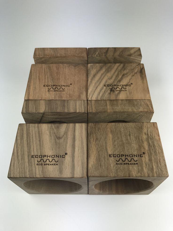 Altavoz Uno en madera de nogal.