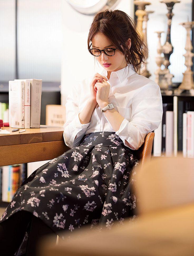 そろそろ春のワードローブの準備を始めたいこの時期。女子の特権とも言える花柄のスカートの着まわしをお届けします♡ 暗めの色に小花柄がロマンティックなスカートは、この春のトレンドアイテムの一つ。タイツや靴下とも相性が良いので今すぐにでも取り入れてみて♡