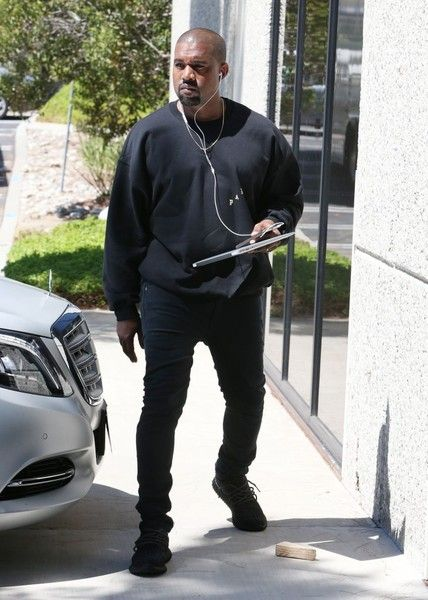 Kanye West Photos - Kanye West At His Office Building In Calabasas - Zimbio