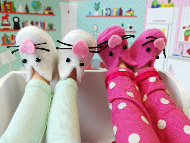 🍁🍁🍁Lazy morning with La Lalla custom doll. Cute white or pink felt bunny slippers for doll. Pyjamas for girl and doll.  #lazysunday #morning #pyjama #doll #kids #pink #bunny #cute #sweet