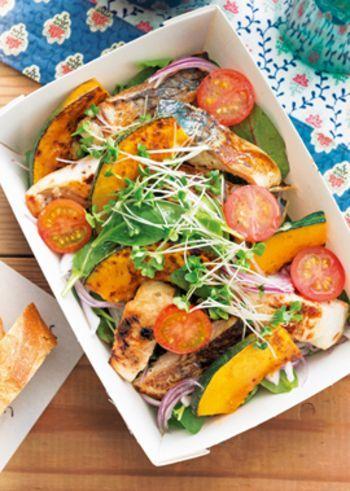 ヨーグルトにしっかりと漬け込んだ鯖は、くさみもなく、しっとりと仕上がります。その鯖をフライパンで焼き目をつけ、かぼちゃやトマト等とバランスよく盛りつけます。彩りも美しい一品です。