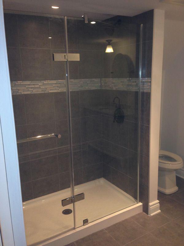 Douche vitrée avec intérieur en céramique #renovation #sdb #bathroom #tiles