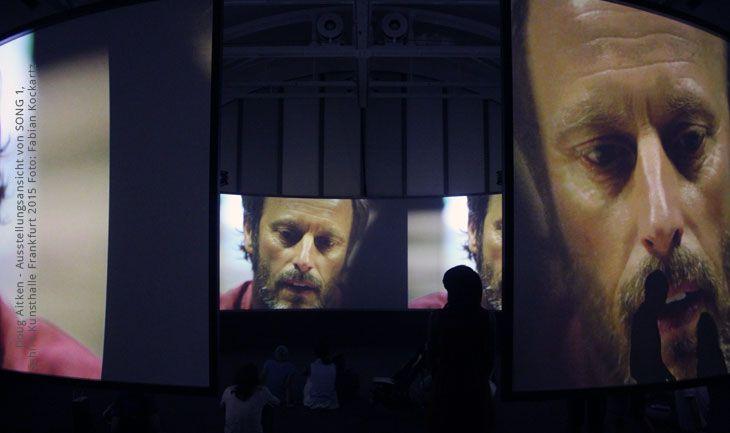 Doug Aitken - Ausstellungsansicht von SONG 1 | Schirn Kunsthalle Frankfurt 2015 | Foto: Fabian Kockartz. #doug #aitken #dougaitken #schirn #schirnkunsthalle #kunsthalle #kunst #multimediakunst | http://www.kunst-in-bildern.de/blog/schirn-kunsthalle-doug-aitken