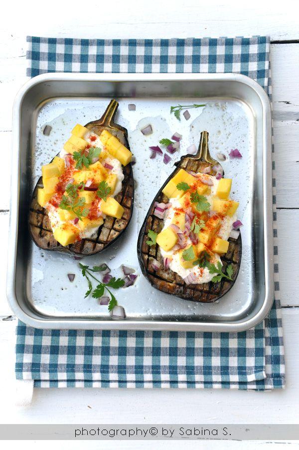 Due bionde in cucina: Melanzane al forno con insalata di mango e yogurt