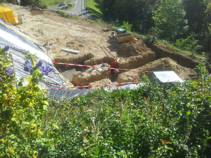 Pour montrer que le fondations du chantier se trouvent à 75 m plus bas que la grue