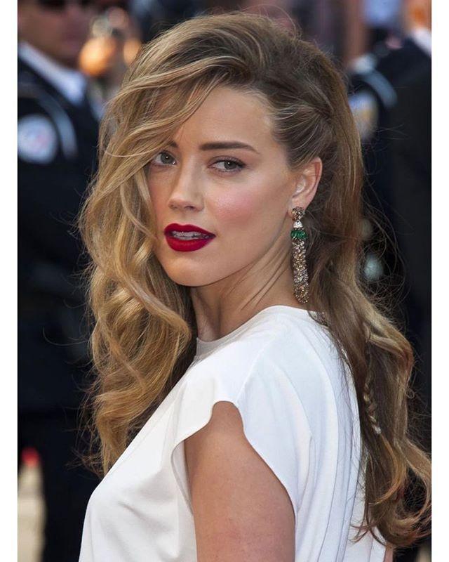 Cabelo solto com emoção – topete + uma trancinha na lateral, quase escondida & batom vermelho mate na Amber Heard